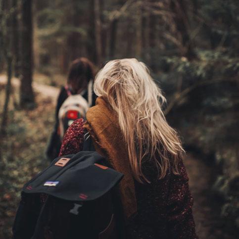 Ungdomar med öppenvård går i skogen