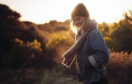 Ung kvinna inskriven hos Mål & Vision i solnedgång