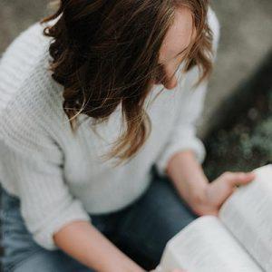 Ung kvinna som studerar